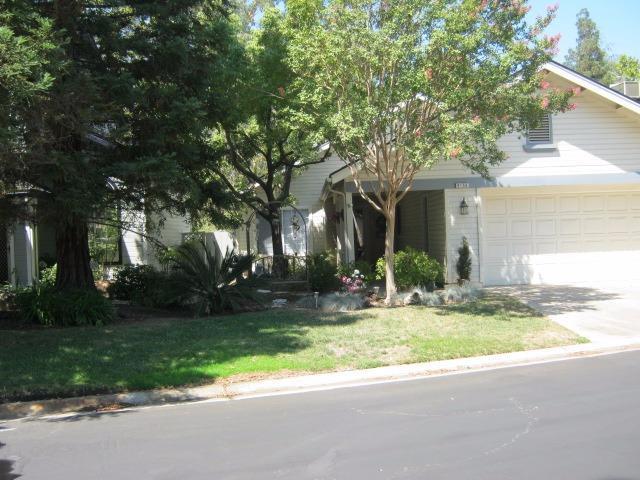 9156 N Woodlawn Dr, Fresno, CA 93720