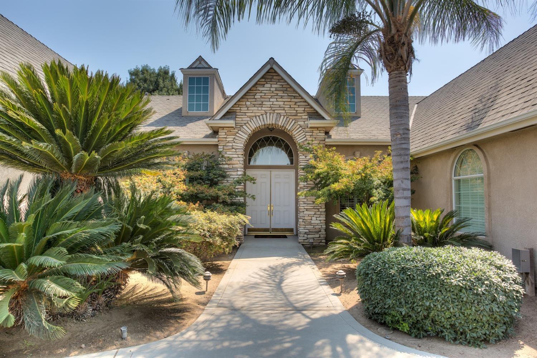 302 W Everglade Avenue, Clovis, CA 93619