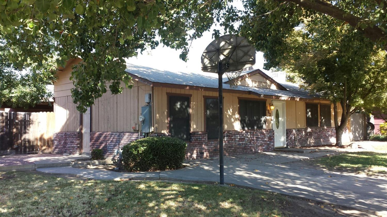 1036 Creek Court Avenue, Farmersville, CA 93223