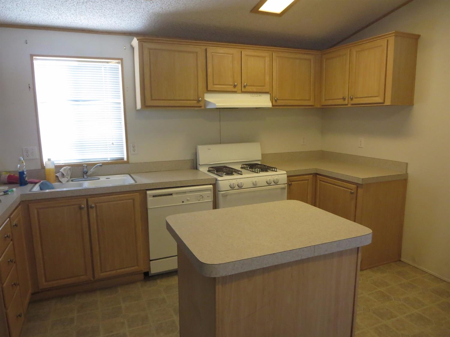 Apple Valley Kitchen Cabinets 22020 Nisqually Rd 12 Apple Valley Ca 92308 Mls 481686