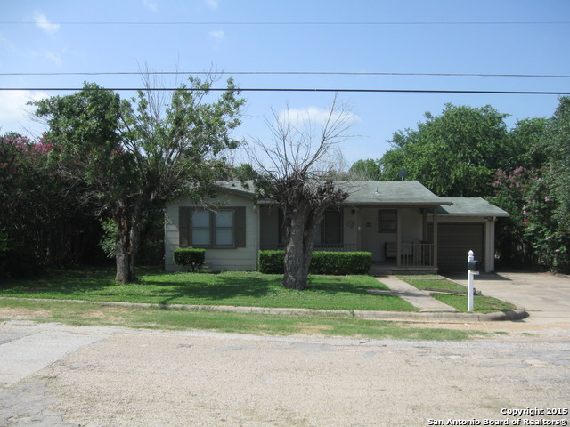 617 Howell Ave, Devine, TX