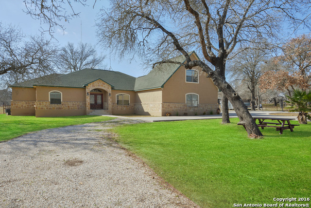 273 Saddle Ln, Floresville, TX
