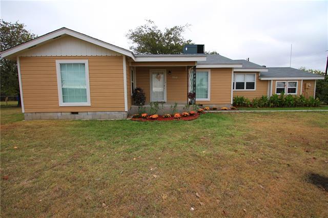 9518 Breezy Rd, Krum, TX