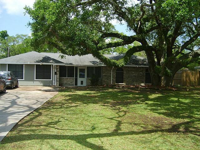 205 Post Oak Rd, Lake Jackson, TX
