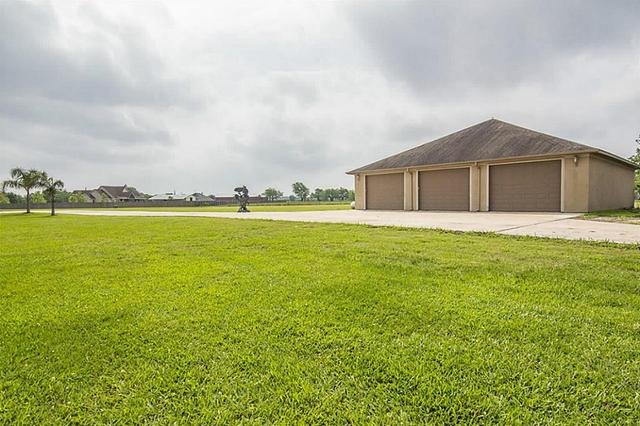 1195 County Road 150 Alvin, TX 77511