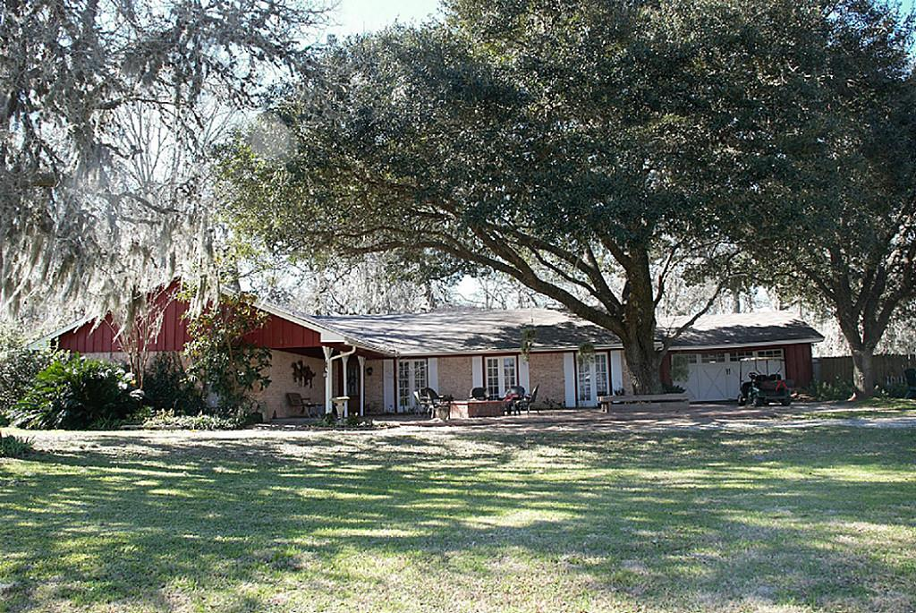 611 Pony Ln, Wallis, TX