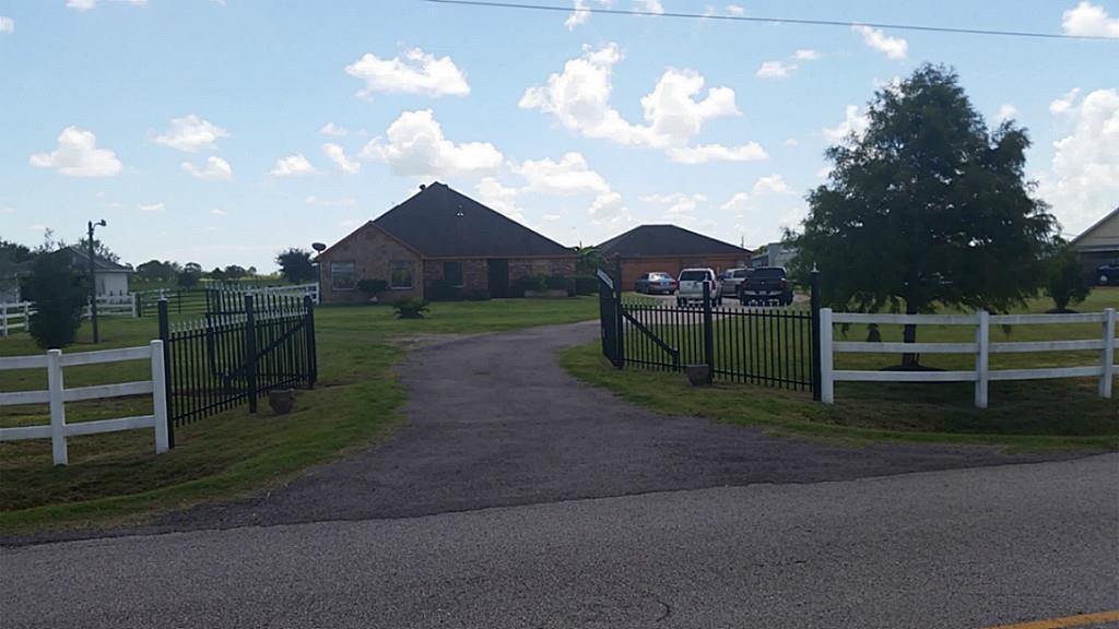 2418 County Road 60, Rosharon, TX