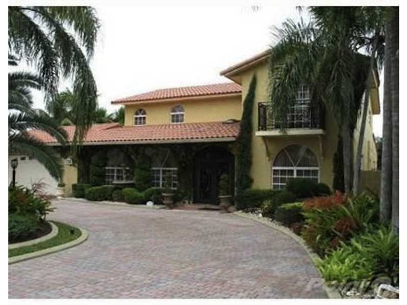 7235 N Oakmont Dr, Hialeah, FL