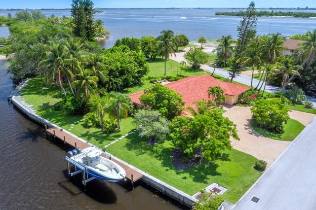 2 Island Rd, Sewalls Point, FL 34996