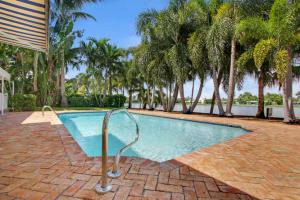 7111 Pine Tree Ln, Lake Clarke Shores, FL 33406