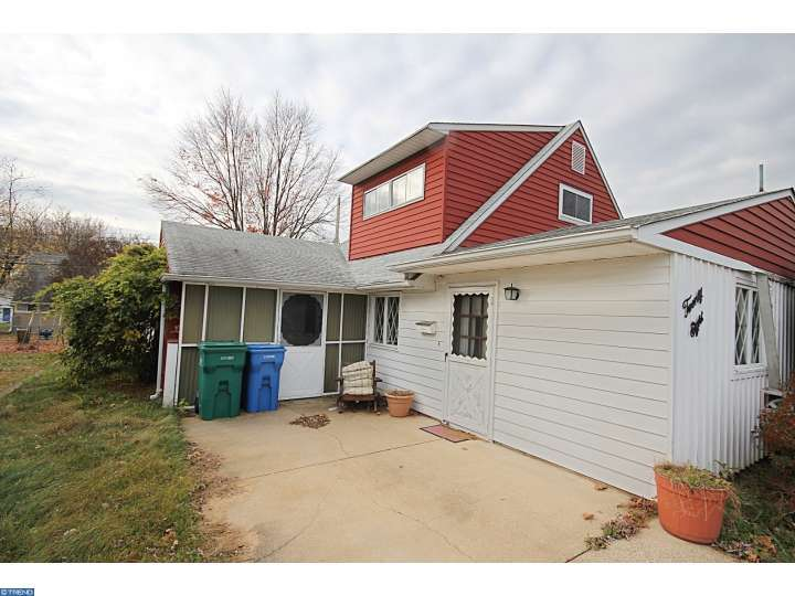 28 Holly Dr, Levittown, PA
