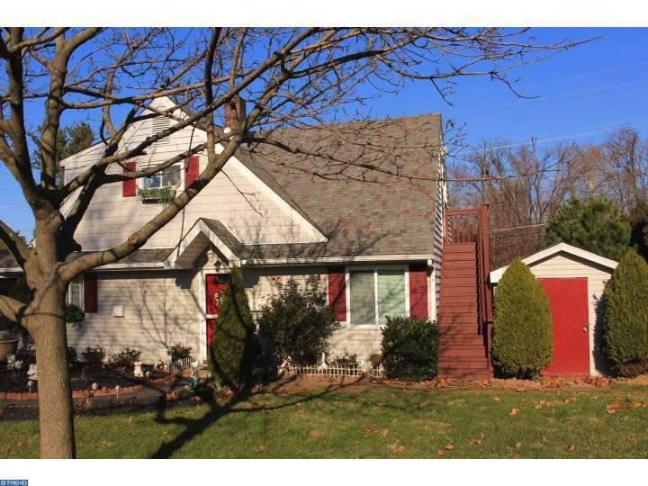 390 Holly Dr, Levittown, PA