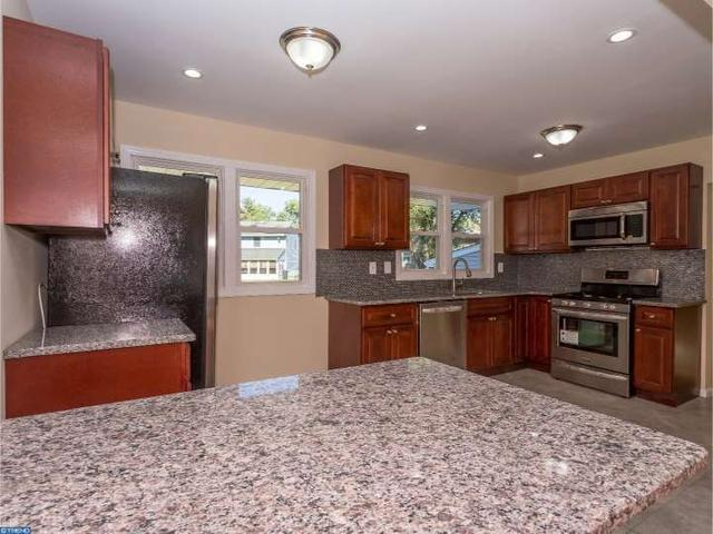 22 Beaver Dr, Barrington, NJ 08007