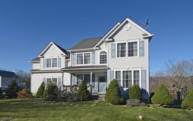 8 Cliffside Dr, Stewartsville, NJ 08886