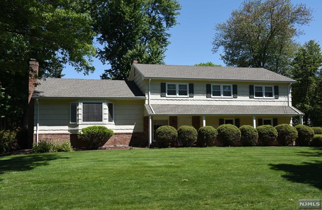 628 Red Oak Dr, Westwood, NJ