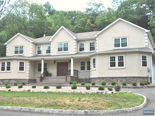 15 Tanglewood Hollow Rd, Upper Saddle River, NJ 07458