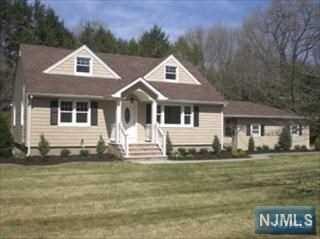 916 Colonial Rd, Franklin Lakes, NJ 07417