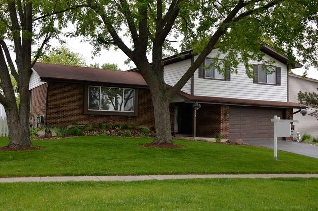8317 Mending Wall Dr, Woodridge, IL