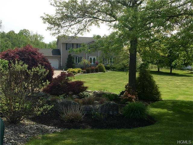 6 Summerset Dr, Wallkill, NY 12589