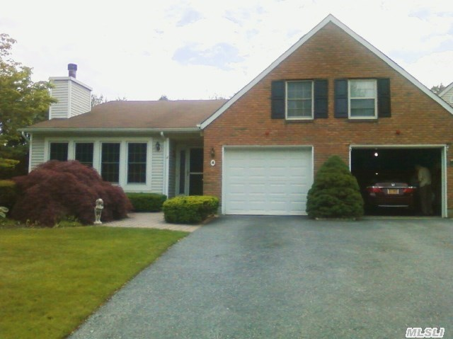4 Chippendale Dr, Mount Sinai, NY