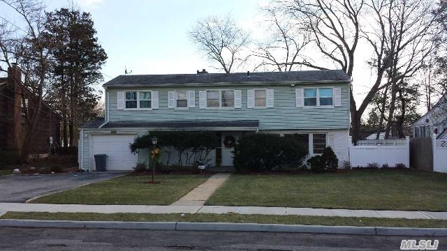 7 Greentree Cir, Westbury, NY