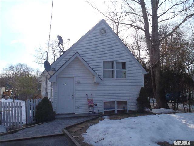 24 Oak Ave, Riverhead, NY