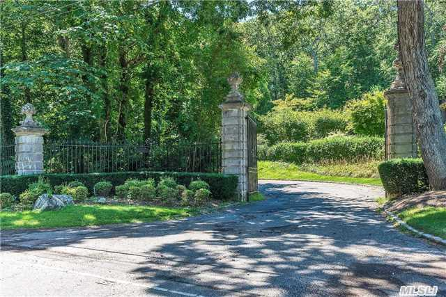 16 Clews Dr, Oyster Bay, NY