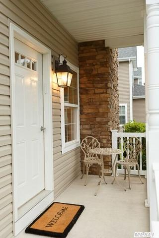 28 Terrace Ln, Patchogue, NY 11772