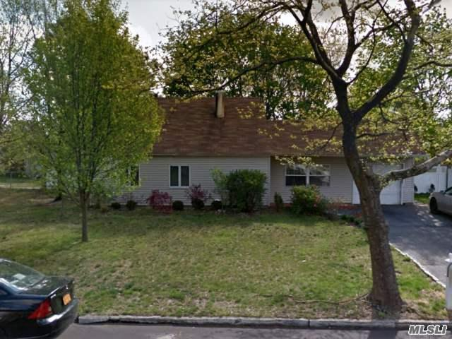 29 S Village Dr, Bellport, NY 11713