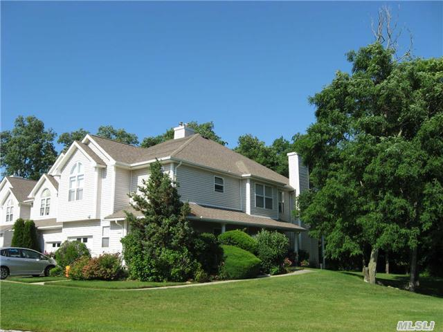 402 Willow Pond Dr, Riverhead, NY