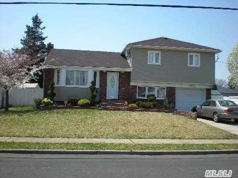 96 Forsythia Ln, North Babylon, NY