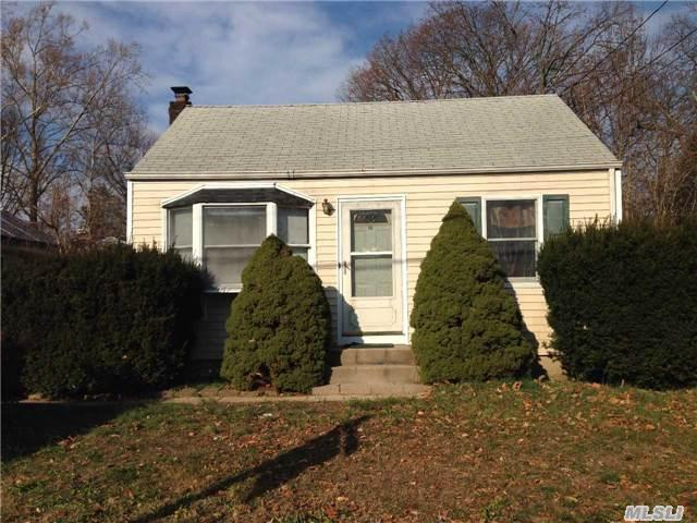 19 Manor Pl, Huntington Station, NY 11746