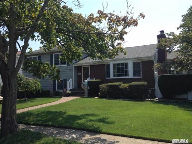 160 Hounslow Rd, Shirley NY 11967