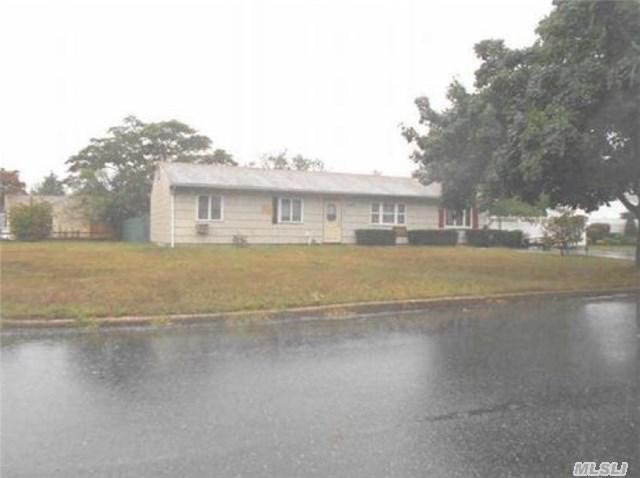 8 Orleans Grn, Coram, NY