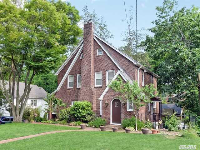 1 The Oaks, Roslyn, NY 11576