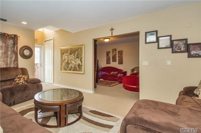 194 Birchwood Rd, Coram, NY 11727