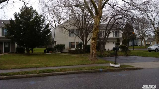 22 Federal Ln, Coram, NY