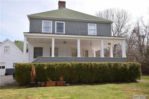 13 Oak Meadow Ln, Bellport, NY 11713