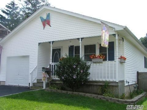 36 Elm St, Islip, NY 11751