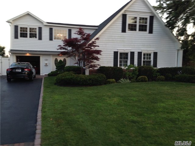 28 Skipper Dr, West Islip, NY