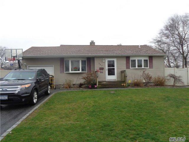 1043 S Thompson Dr, Bay Shore NY 11706