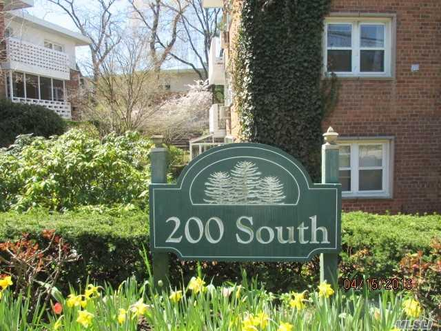 200 S Middle Neck Rd #APT C2, Great Neck, NY