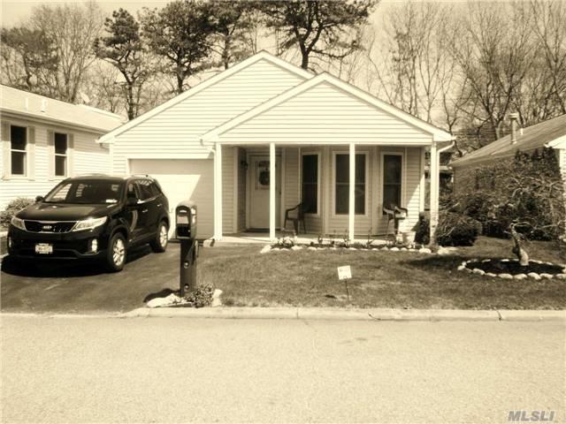 5126 Village Cir, Manorville, NY
