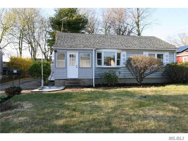 77 Mohawk Dr, North Babylon, NY