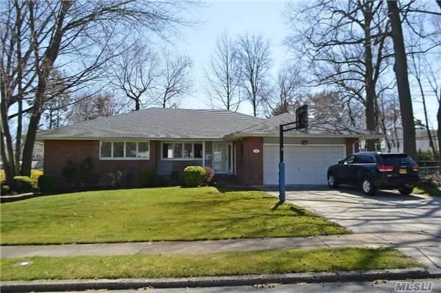 19 Edgemere Dr, Albertson NY 11507
