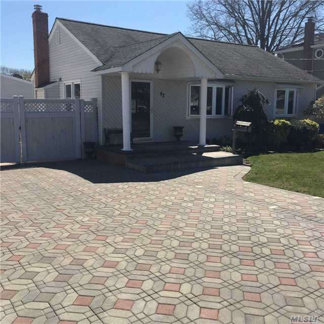 42 Mohawk Dr, North Babylon, NY