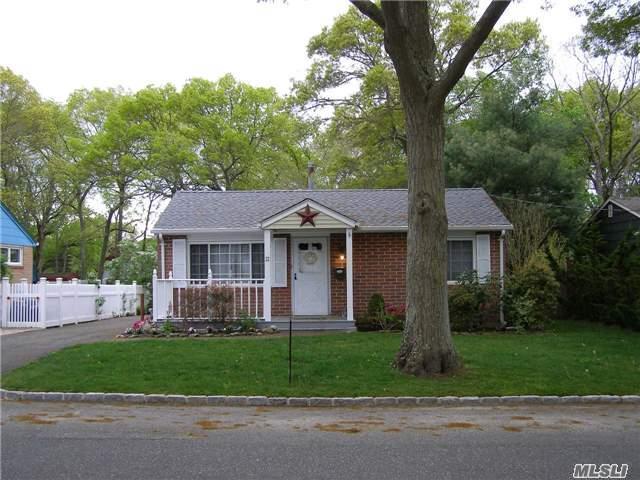 22 Oakwood St, Blue Point NY 11715