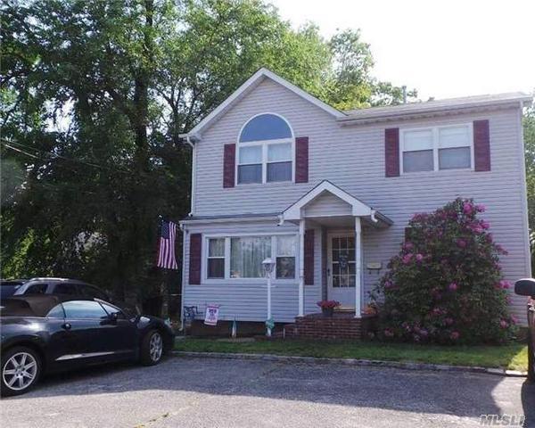 1390 E Forks Rd, Bay Shore, NY 11706