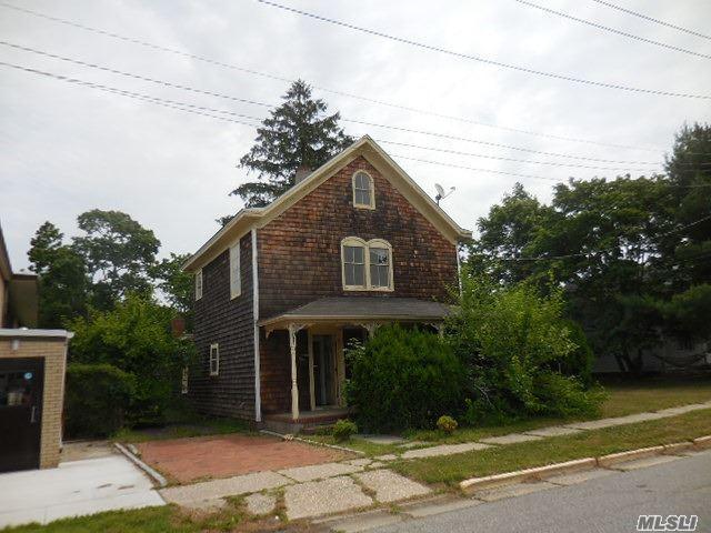 514 Saint Johns Pl Riverhead, NY 11901