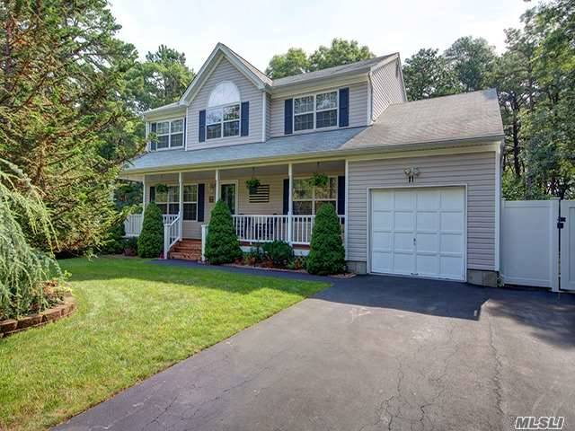 11 Farmhouse Dr, Ridge, NY 11961